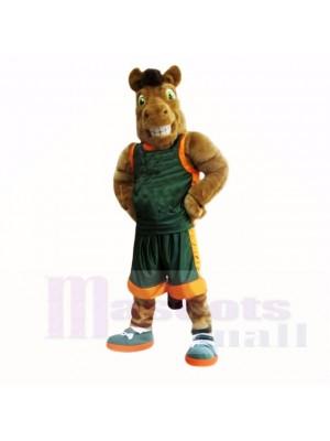 Cheval de sport brun avec une chemise verte mascotte adulte