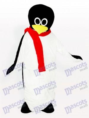 Pingouin bébé avec un costume de mascotte adulte écharpe rouge