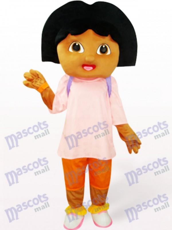 Jolie fille en costume de mascotte anime rose